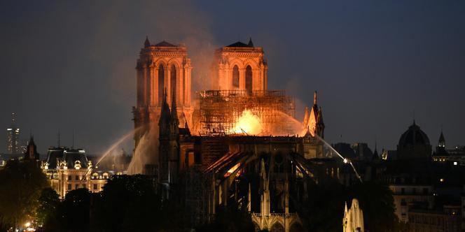 Macron au balcon, Notre Dame au tison